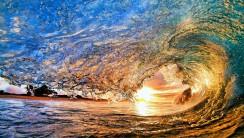 Huge Wave in Action Wallpaper